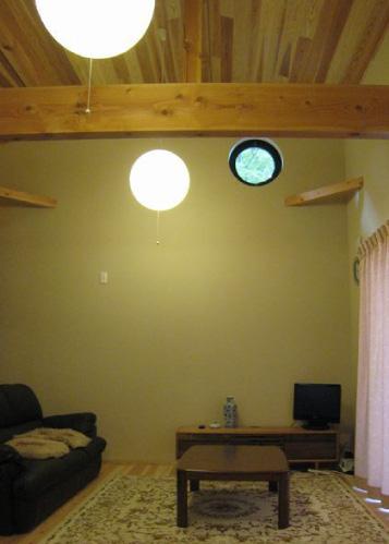 小屋裏空間を見せた開放的なリビング