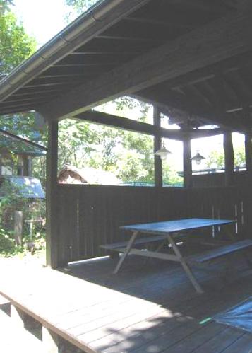 増築した屋根付きウッドデッキ