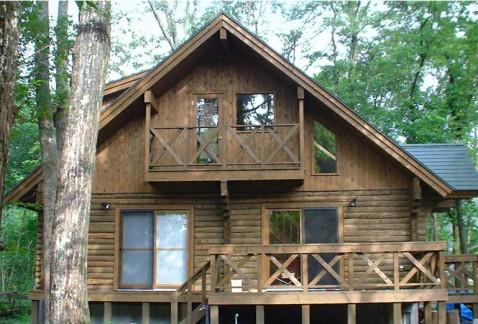 雑木林に建つログハウス